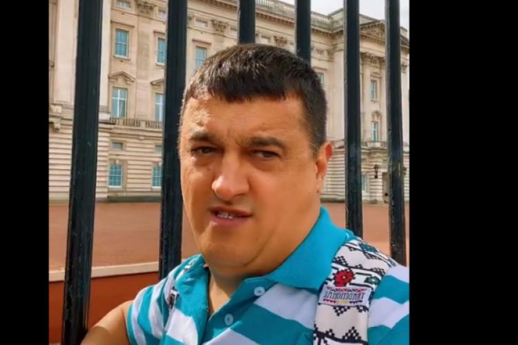 """Un român care susține că e fiul prințului Charles a mers la Palatul Buckingham: """"Father, help!"""". Acesta a devenit viral - VIDEO"""