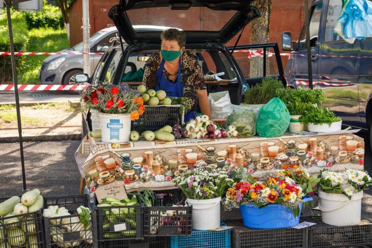 Se deschide piața volantă de legume din cartierul Gheorgheni. Clienții, obligați să poarte mască - FOTO