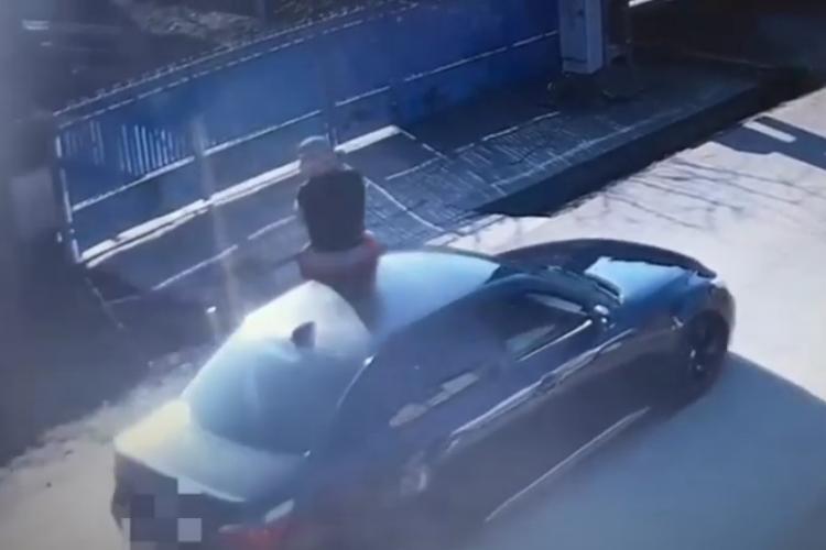 Un bărbat din Apahida a vandalizat mașina unei femei, după care s-a urcat cu picioarele pe ea