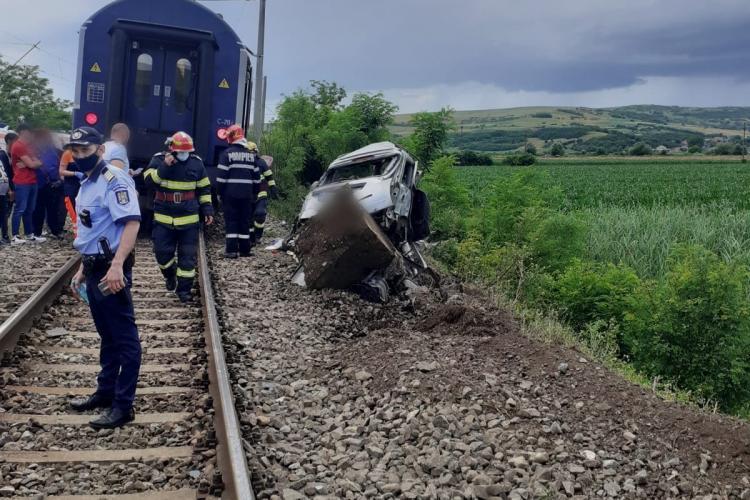 Cluj: O mașină a fost lovită de tren în Gherla. Șoferul a murit pe loc - FOTO