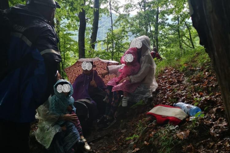 Trei mame și trei copii, salvați la Piatra lui Cotuna, de la Tarnița. Nu au ținut cont de vremea potrivnică drumețiilor - FOTO