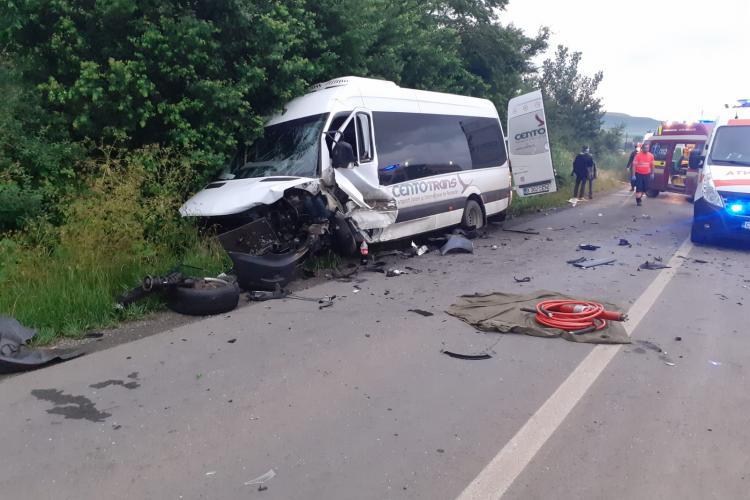 Accident GRAV la ieșire din Viișoara, între un microbuz și o mașină. Un bărbat a rămas prins sub caroserie- FOTO