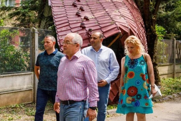 Boc a inspectat curtea școlii Lucian Blaga, afectată de furtună: Brazii sunt un real pericol în preajma clădirilor și parcărilor - FOTO