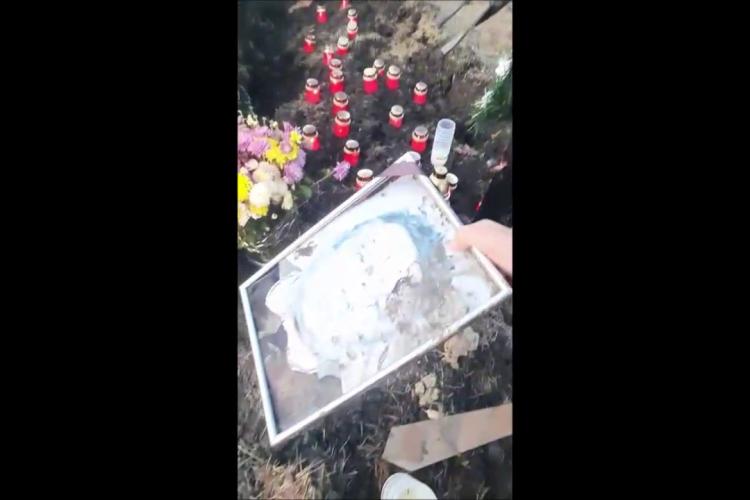 Vacile distrug mormintele în Apahida. O familie a chemat poliția la cimitir - VIDEO