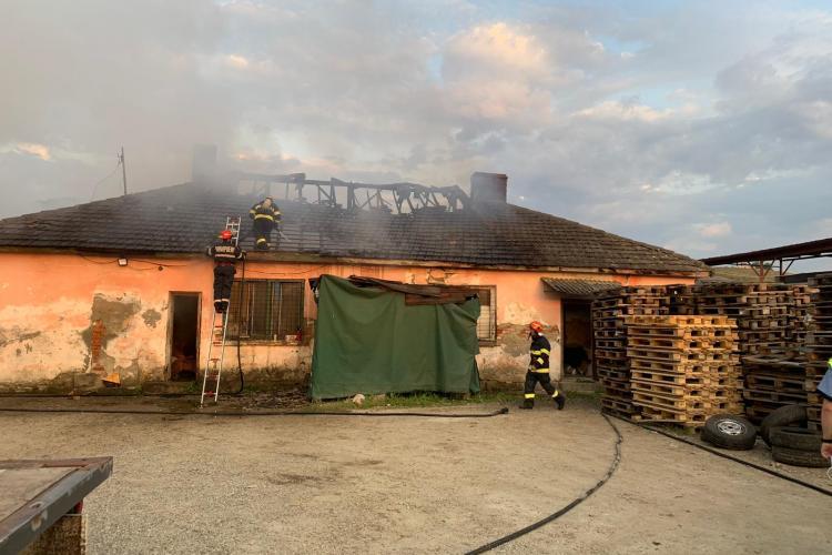 Un incendiu a izbucnit la un atelier din Dej - FOTO