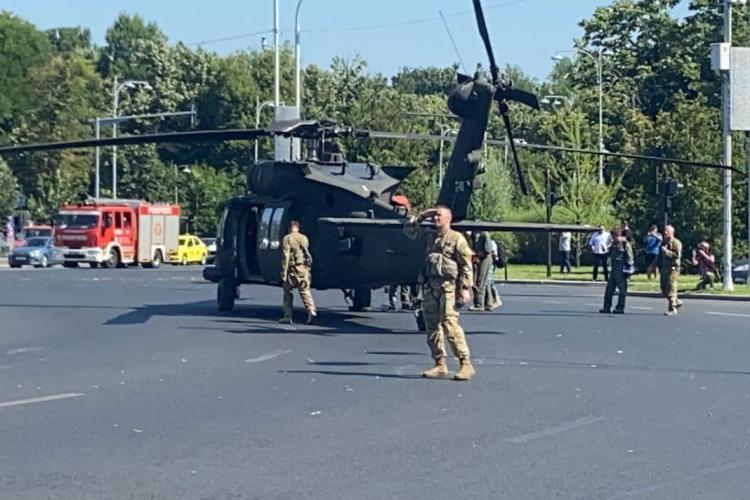 Elicopter american, aterizat în centrul Bucureștiului. A doborât câțiva stâlpi - FOTO