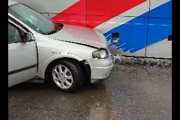 Accident în Vâlcele! Un autoturism a fost lovit de un autocar - FOTO