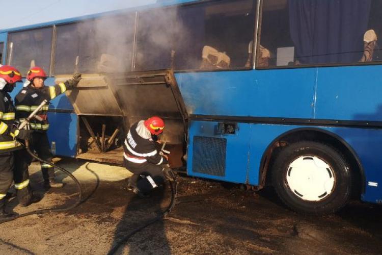 Un autocar în care se aflau 21 de copii a luat foc marți dimineață - FOTO
