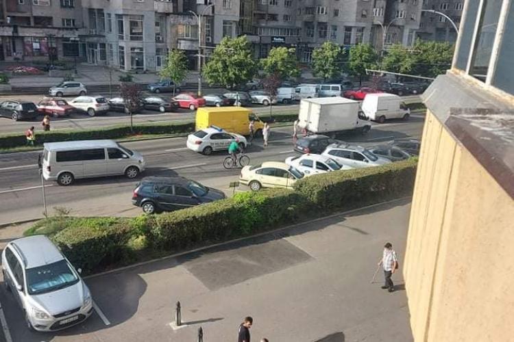 Pată uriașă de ulei în Mărăști, pe drum. Inevitabil, s-au lovit mai multe mașini - FOTO