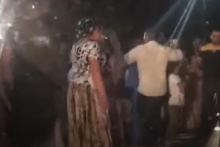 Nuntașii romi au ocupat drumul în Călățele. Au dansat pe trecerea de pietoni. Adio COVID! - VIDEO