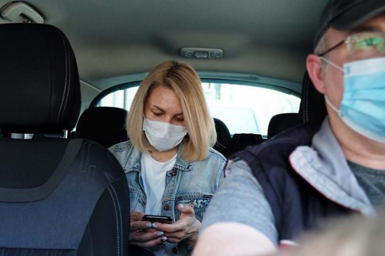 """Unii taximetriști din Cluj-Napoca nu poartă mască, pentru că """"sunt la birou"""". Ce spune legea"""