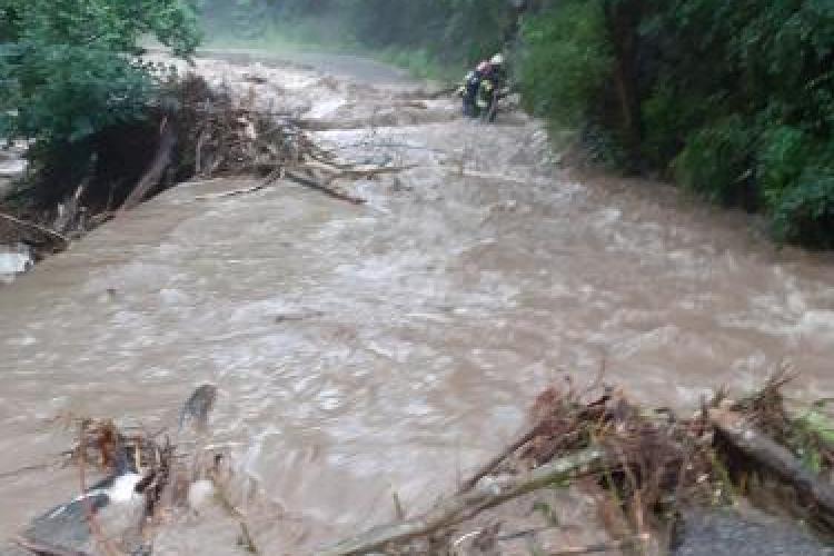 DEZASTRU în Iara! Drumurile s-au transformat în râuri din cauza furtunii - VIDEO