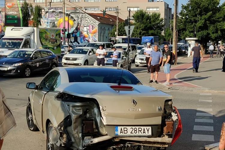 VIDEO LIVE cu accidentul de pe Dorobanților, de vineri dimineața. Un șofer de Alba a tăiat benzile și a fost luat în plin