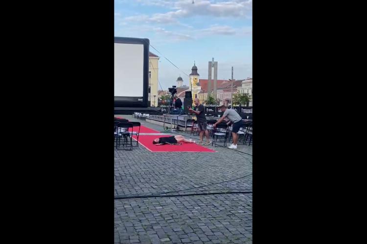 Ce nu fac divele pentru o poză la TIFF 2021. Oare și la Cannes se trag pe jos pentru glorie? - VIDEO