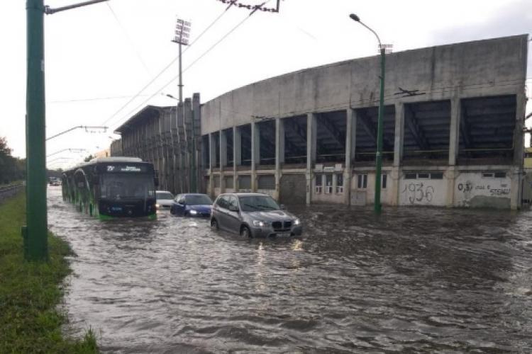 Inundații în Braşov: zeci de gospodării, subsoluri şi străzi sub ape, două acoperişuri în flăcări în urma trăsnetelor