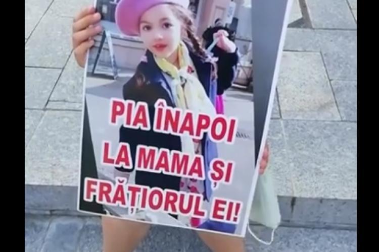 Flash Mob în centrul Clujului de susținere cu familia fetiței Pia Furdui, care e luată cu forța de Protecția Copilului din Germania - VIDEO