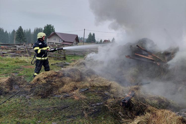 Cluj: Adăpost de animale distrus în urma unui incendiu. Focul a pornit din cauza unui fulger - VIDEO