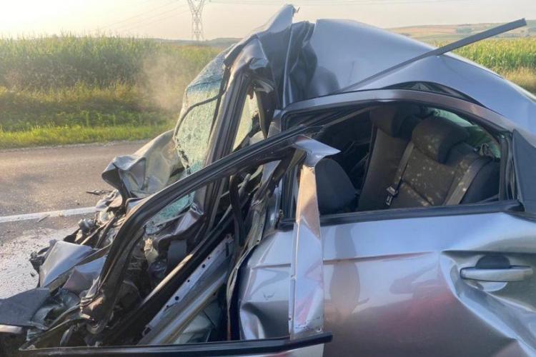 O mașină a fost complet SPULBERATĂ de un TIR. O tânără de 21 de ani a murit - VIDEO