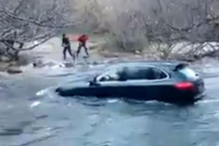 Mașina din Cluj luată de viitură. Oamenii s-au salvat - FOTO