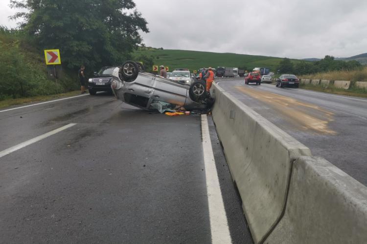 Cluj: 3 mașini implicate într-un accident rutier la Vâlcele. O mașină s-a răsturnat - VIDEO
