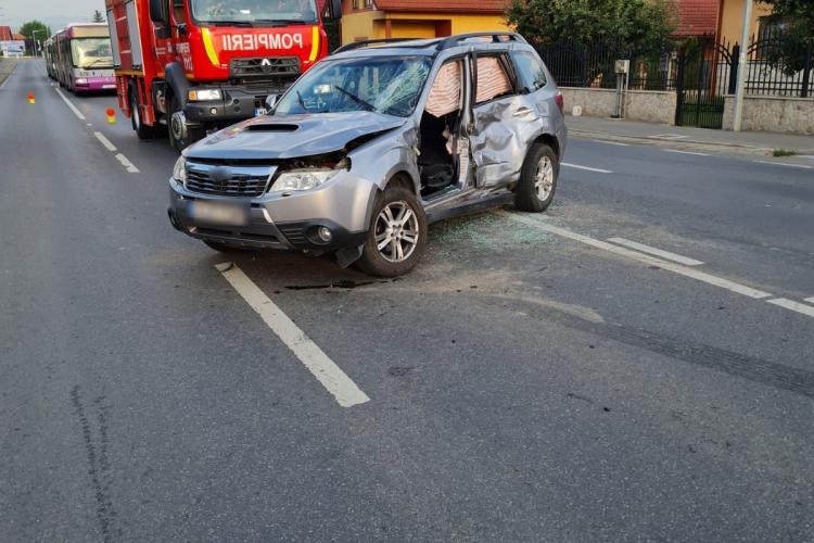 Un tractor a lovit o mașină în Florești! Două tinere sunt acum în spital - FOTO