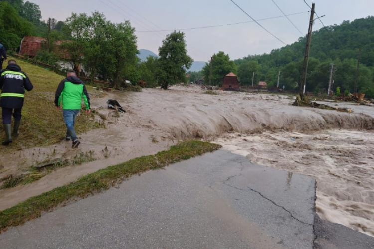 Zile de COȘMAR din cauza ploilor! Mașinile au fost luate de ape, peste 150 de case inundate și peste 7.000 de persoane rămase fără electricitate - VIDEO