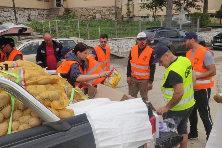 Ardeleni inimoși, cei de la CERT Transilvania au dus în Apuseni tone de alimente și apă