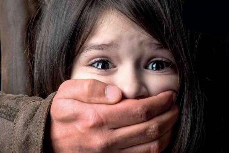 Bărbat din Dej, arestat după ce și-a abuzat sexual fetița, ani la rând