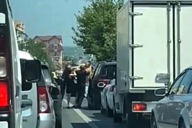 Șofer de BMW, bătut de doi bărbați la un semafor, până când semaforul s-a făcut verde - VIDEO