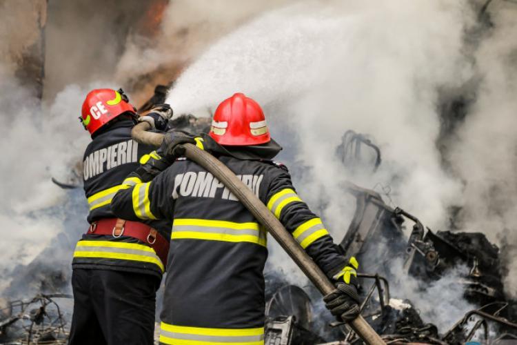 Un copil și-a riscat viața în încercarea de a-și salva bunicii din incendiu. Băiatul se află acum în spital