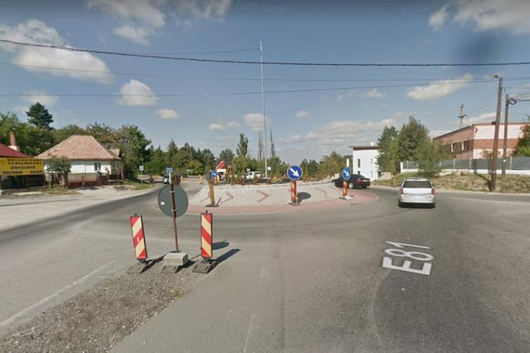 Sensul giratoriu din Feleacu este o bătaie de joc: Nu încap nici două mașini. Să-l termine oricum, că de 5 ani tot lucrează