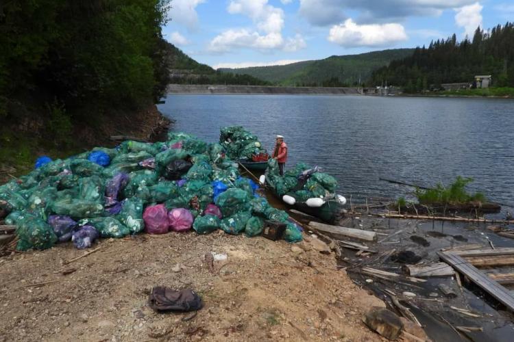 Asta făcea duminică dimineața, pe lacul Beliș, nea Ilie, acuzat că folosește barca poluantă pe lac - FOTO