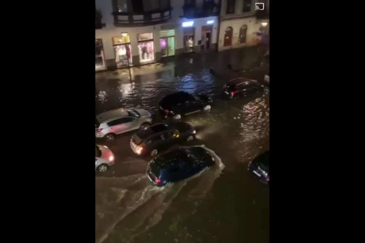 Centrul Clujului a fost inundat în urma furtunii de duminică seara! Pe Eroilor era Mica Veneție - VIDEO