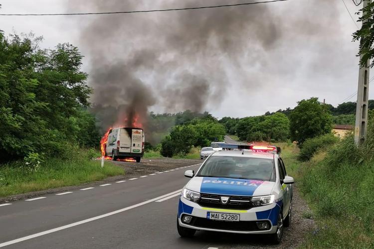 O dubă a luat foc pe Dealul din Corpadea - FOTO