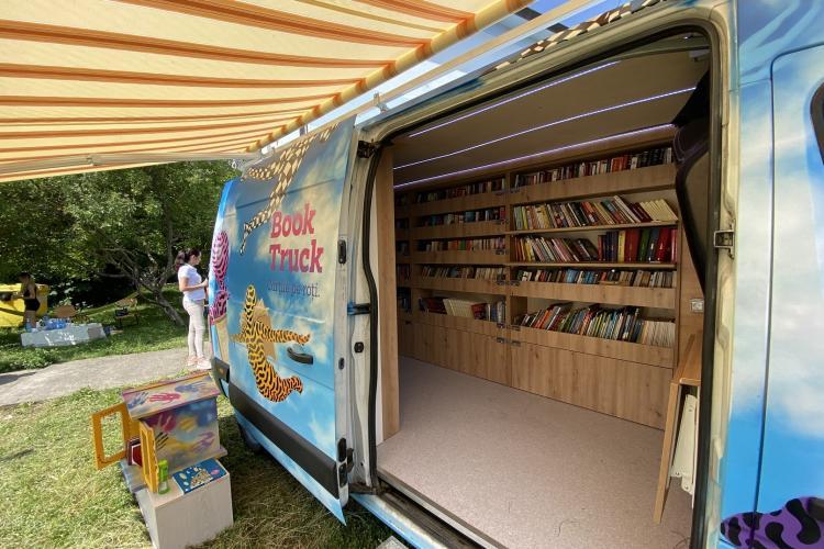 Peste 1.100 de cărți au fost colectate de BookTruck, biblioteca mobilă ce împrumută gratuit cărți în satele din Cluj