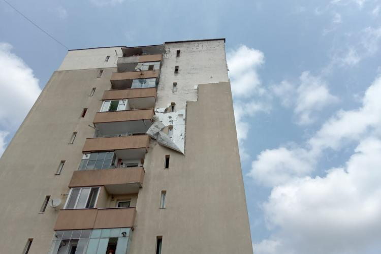 Cluj: Furtuna de duminică a rupt izolația exterioară a unui bloc de pe strada Donath - FOTO