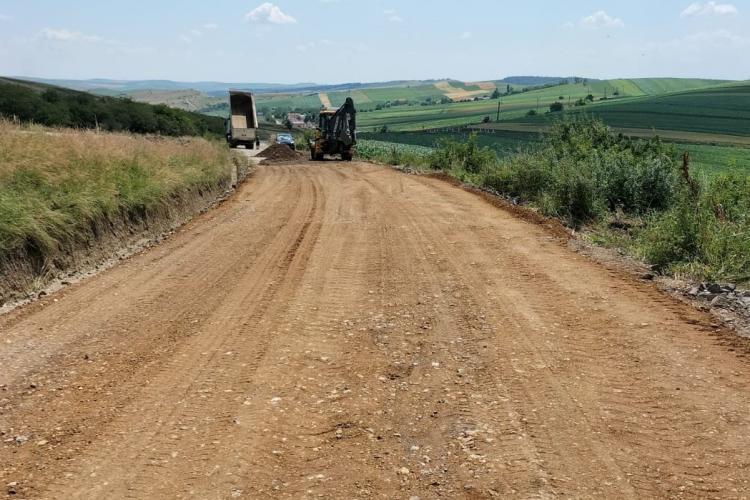 Pe drumul spre Salina Turda se fac lucrări de întreținere. Este vorba de tronsonul Ceanu Mare - Morțești - Ploscoș - FOTO
