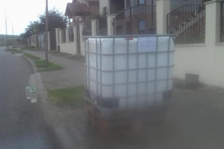 Compania de Apă Someș a amplasat bidoane de 1000 de litri pe străzi. Oamenii spun că e ca în Africa - FOTO
