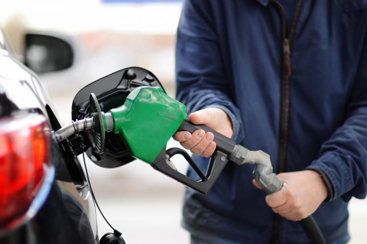 Câți litri de benzină poate cumpăra un român din salariu, comparativ cu alți europeni