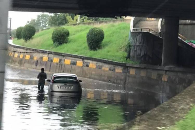 Sofer eșuat în lacul de sub podul din Mărăști . La fiecare ploaie aceeași problemă- FOTO
