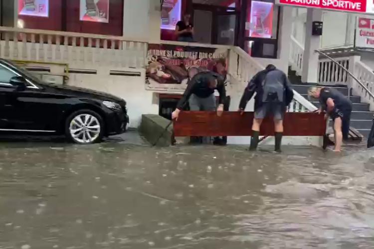 Furtuna a făcut ravagii în Dej. Pompierii intervin la 30 de construcții doborâte sau inundații  - VIDEO
