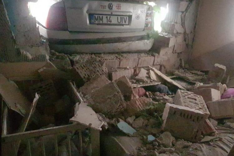 Două fetițe rănite, după ce o mașină condusă de un tânăr fără permis a intrat în zidul camerei unde acestea dormeau