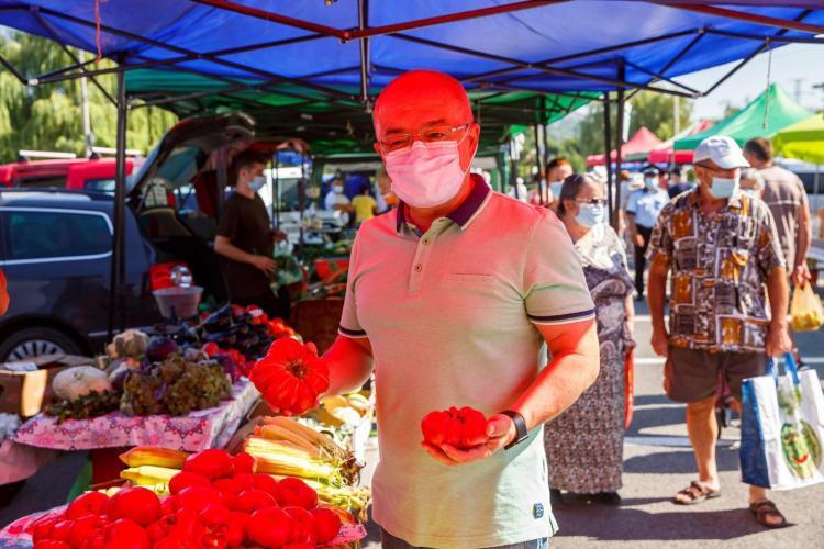 Emil Boc s-a dus cu fotograful după el să facă cumpărături în piața volantă de la Sala Sporturilor - FOTO