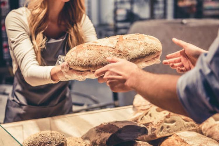 """Pâinea se scumpeşte din nou, după ce calitatea grâului a fost afectată de ploi. Cîțu: Explozia prețurilor este un """"fake news"""""""