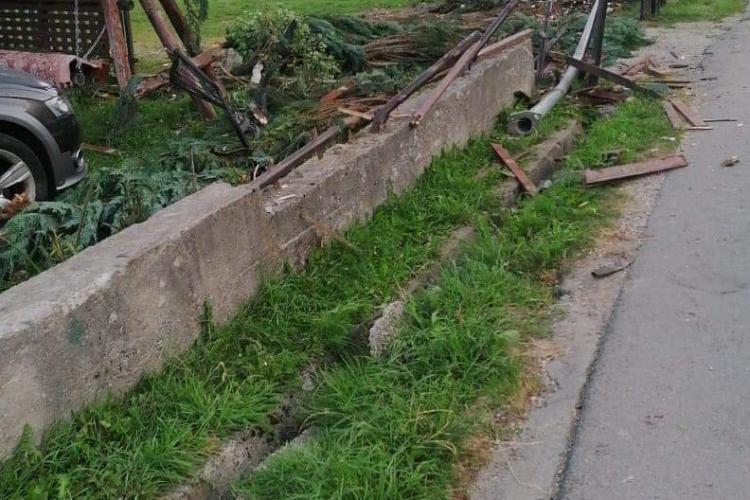 Un minor băut a dărâmat gardul unei case în miez de noapte şi a ajuns cu maşina, cu roţile în sus, în curtea unei familii - FOTO
