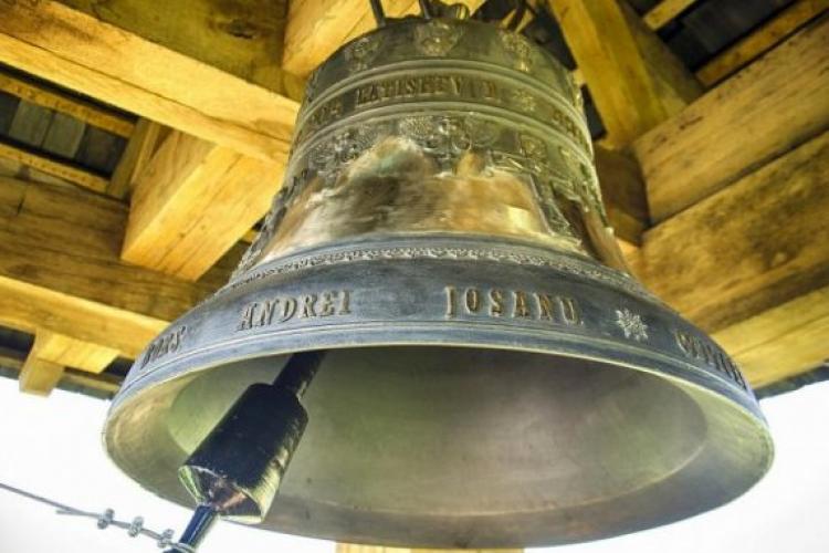 Preotul din Apahida, județul Cluj, a bătut clopotele cu SUCCES, pentru a-i apăra și vesti pe oameni că vine URGIA - FOTO