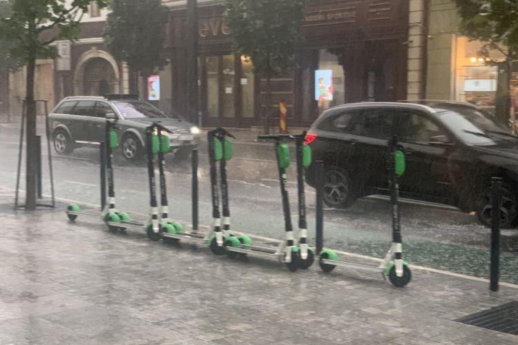 Furtună puternică la Cluj. Vântul bate cu putere - VIDEO și FOTO