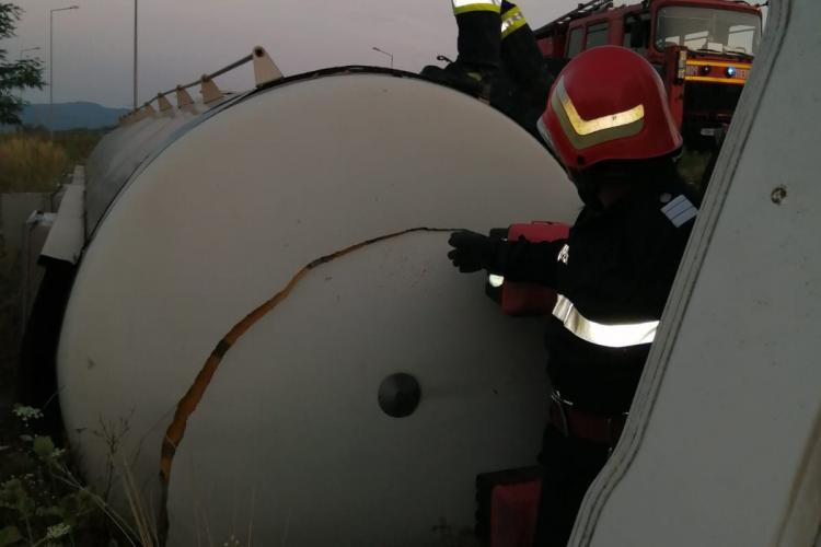 20.000 de litri vărsați în câmp, după ce o cisternă s-a răsturnat - FOTO