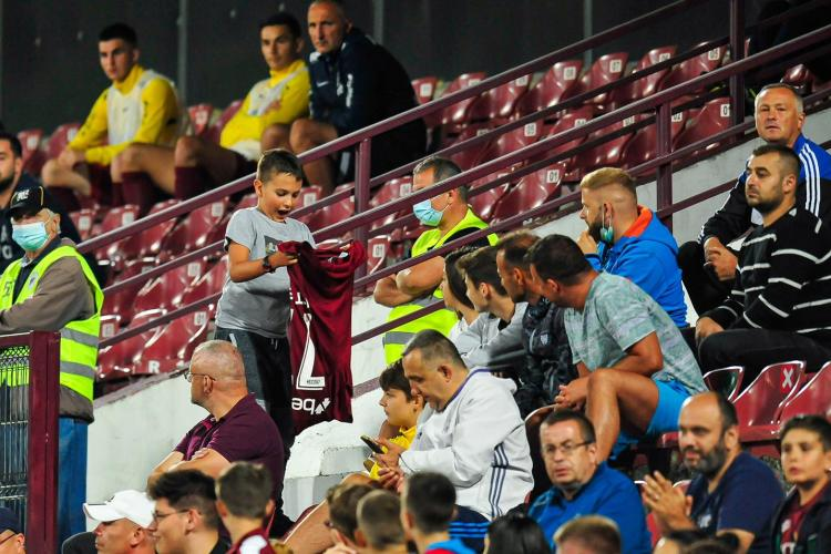 Cum a făcut Denis Alibec fericit un puști, sâmbătă seara, la meciul CFR Cluj - Chindia - FOTO