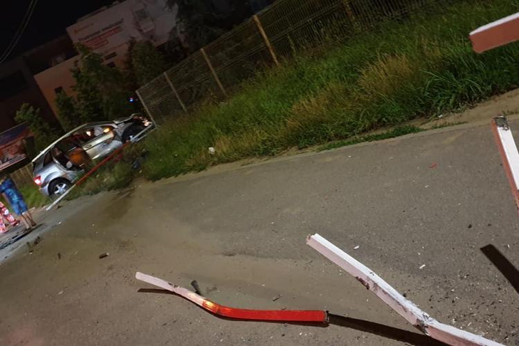 O mamă cu copii în mașină a rupt parapetul de la VIVO! O bară metalică a străpuns mașina ca un cuțit - FOTO